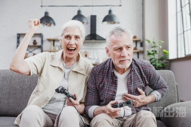 老年夫婦一起玩視頻遊戲_23-2148201322.jpg